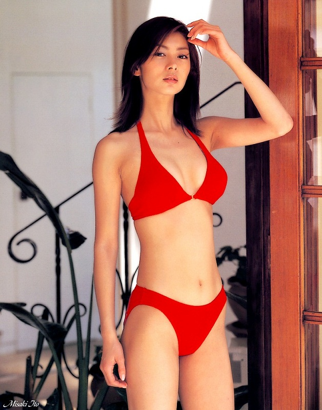 hot Japanese model Misaki Ito / 伊東 美咲 in bikini photo